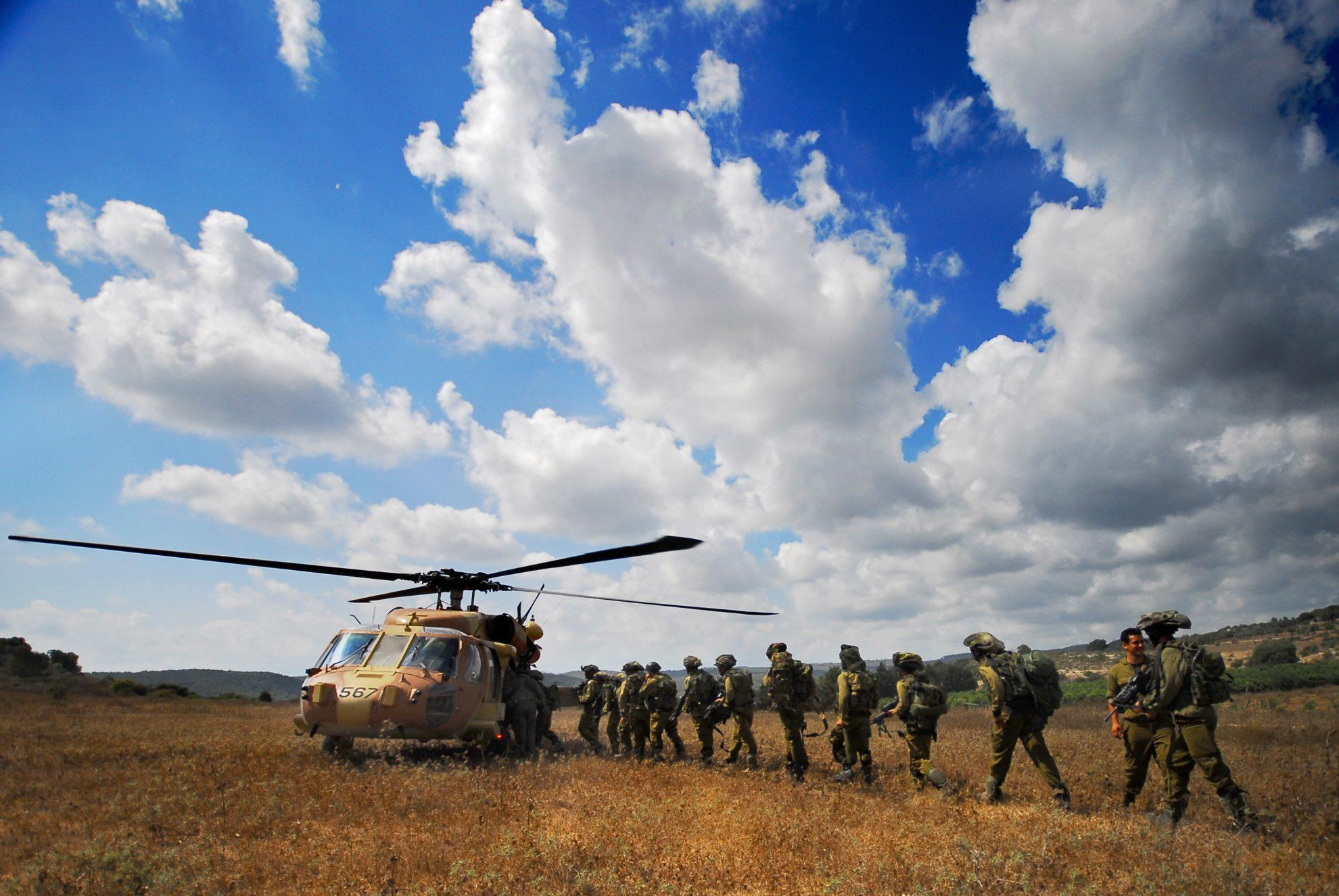 Flickr_-_Israel_Defense_Forces_-_Golani_Soldiers_Filing_Into_-Black_Hawk-_Helicopter,_July_2008